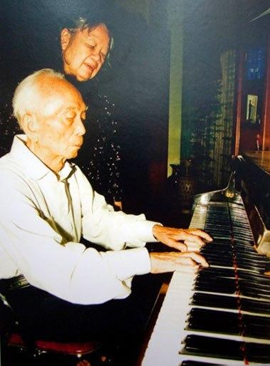 Mấy năm trước, lúc rảnh rỗi, đại tướng Võ Nguyên Giáp thường ngồi thư giãn bên chiếc đàn piano. Bà Bích Hà ân cần bên cạnh chồng
