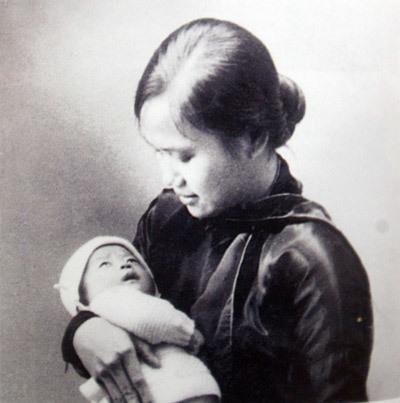 Nguyễn Thị Quang Thái và Hồng Anh - vợ và con gái Đại tướng Võ Nguyên Giáp. www.vangsonmotthuo.com
